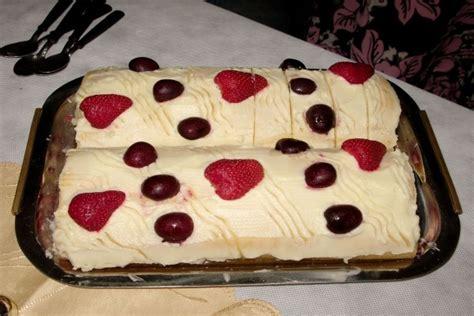 Pionono dulce argentino, relleno de frutas con crema ...