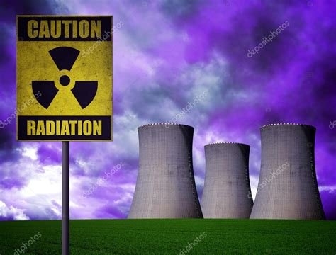 Planta de energía nuclear con el símbolo de advertencia de ...