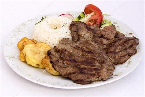 Plato peruano: Carne a la plancha con arroz, patatas y ...