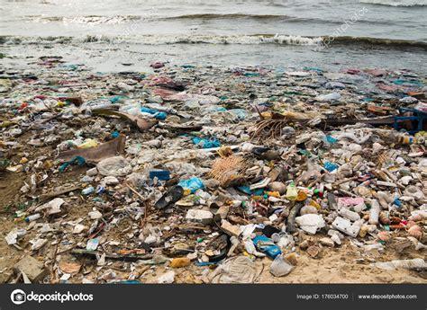 Playa contaminada en un pueblo de pescadores en Vietnam ...