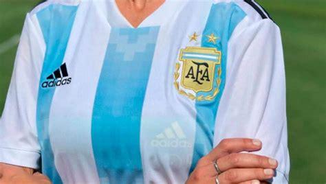 Polémica en la presentación de la camiseta de la Selección ...