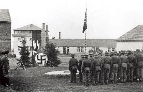 Pologne, Cracovie, Waffen-SS rassemblés et alignés sur le ...