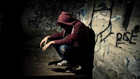 Pozzuoli, saluta tutti su facebook, poi il suicidio. Muore ...