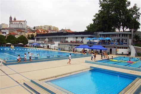 Quer explorar uma piscina olímpica, e equipamentos anexos ...