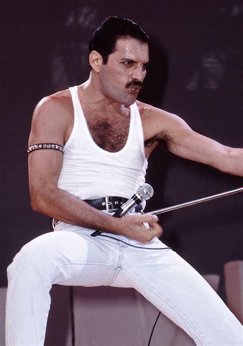 Rami Malek Looks Just Like Freddie Mercury in Bohemian ...