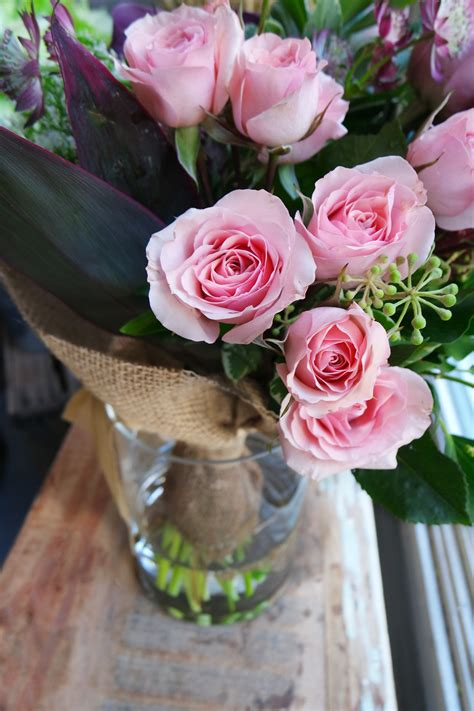 Ramo de flores frescas en tonos rosas