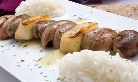 Receta de Brocheta de riñones y peras con arroz blanco ...