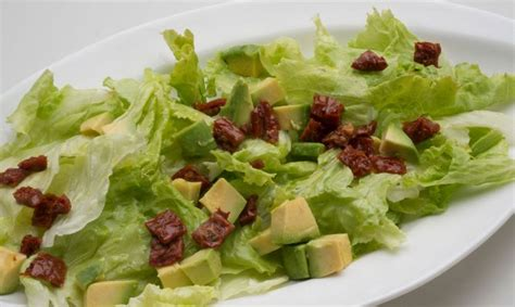 Receta de Ensalada de lechuga, aguacate y tomates ...