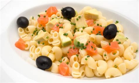 Receta de Ensalada de pasta, aguacate y salmón - Karlos ...