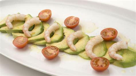 Receta de Ensalada de tomate, aguacate y gambas - Karlos ...
