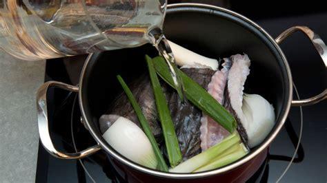 Receta de Paella de marisco con bogavante, almejas y ...