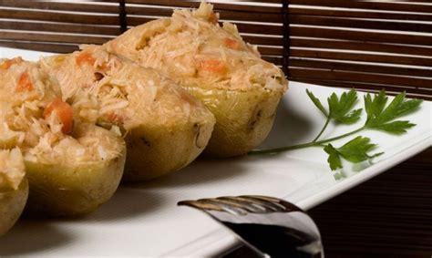 Receta de Patatas asadas rellenas en el microondas   Bruno ...