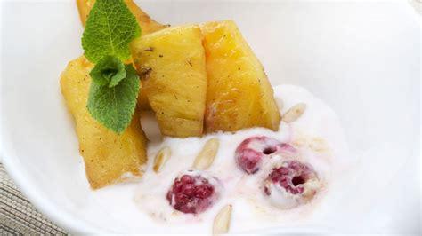 Receta de Piña con yogur y frambuesas - Eva Arguiñano