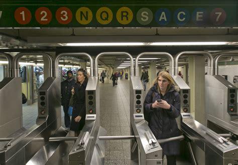 Refuerzan presencia de policía en metro de NY tras nuevo ...