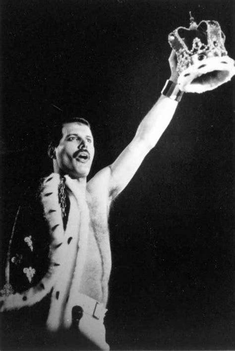 Roban la  placa de Freddie Mercury  en el cementerio de ...