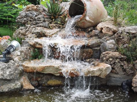 Rocalla y estanque en talud