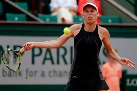 ROLAND GARROS - Caroline Wozniacki moves on, Maria Sharapova