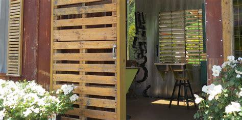 ¿Sabes cómo hacer una puerta rústica con palets de madera?