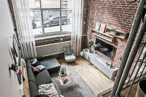 Salas de estar estilo industrial: doble altura y paredes ...