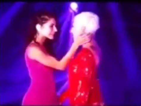 Se besan Ana Torroja y María León (video)