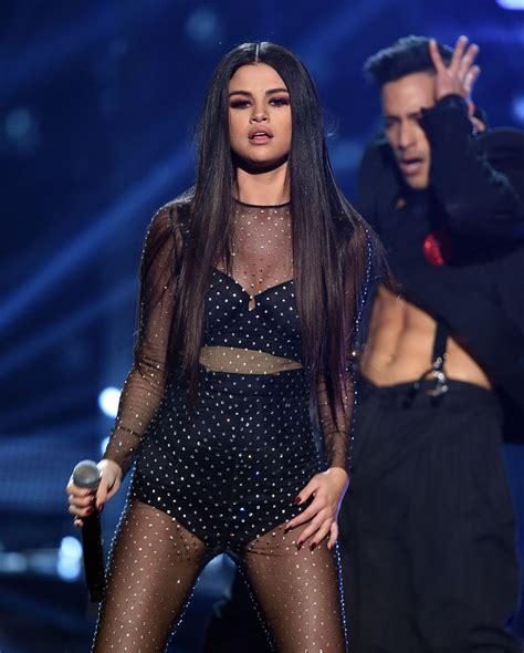 Selena Gomez Performs at 2015 American Music Awards in Los ...