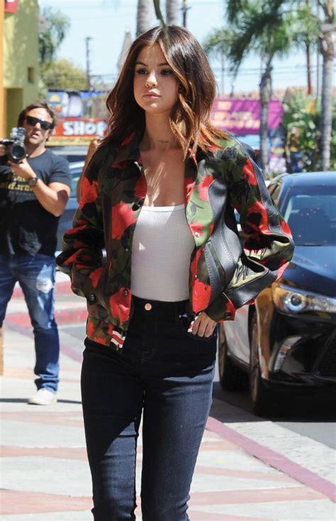 Selena Gómez se apunta a las chaquetas de flores