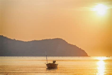 Sol naciente con paisaje marino | Descargar Fotos gratis