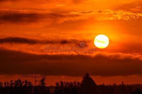 Sol naciente por la mañana foto de archivo. Imagen de ...