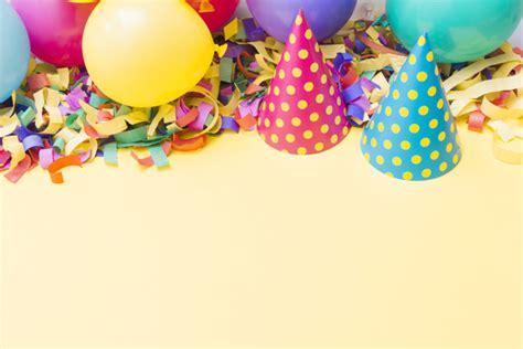 Sombreros de fiesta cerca de globos en confeti | Descargar ...