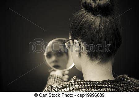 Stock de fotos mujer, Mirar, sí mismo, reflexión, espejo ...