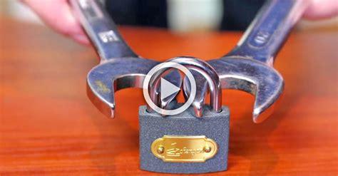 Sujeta un candado con 2 llaves. ¿Qué pasa cuando se tira ...