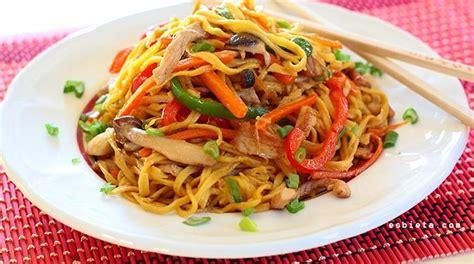 Tallarines chinos con verduras, setas y carne. Paso a paso