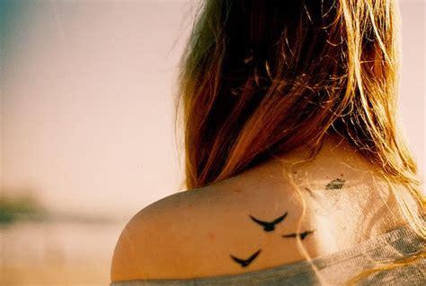 Tatuagem Delicada No Ombro e no Pescoço