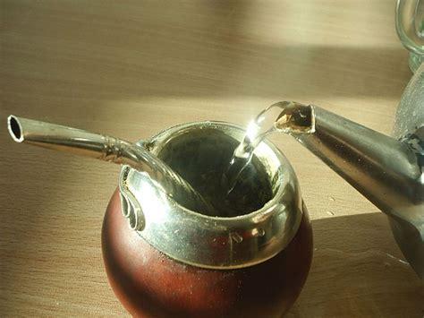 Taza de mate y bombilla. La bebida tradicional argentina ...
