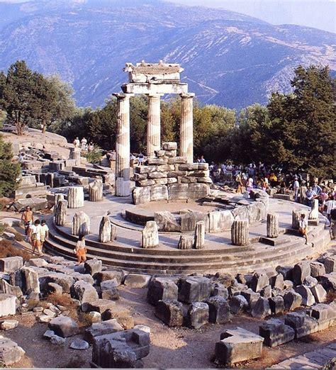 Templo de Apolo en el sitio arqueológico de Delfos, en el ...