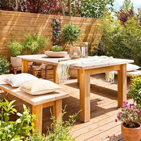 Terraza con comedor exterior con mesa, banco, suelo y ...