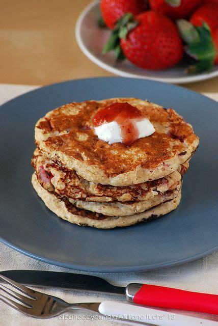 Tortitas ligeras de avena y quark con fresas. albahaca y ...