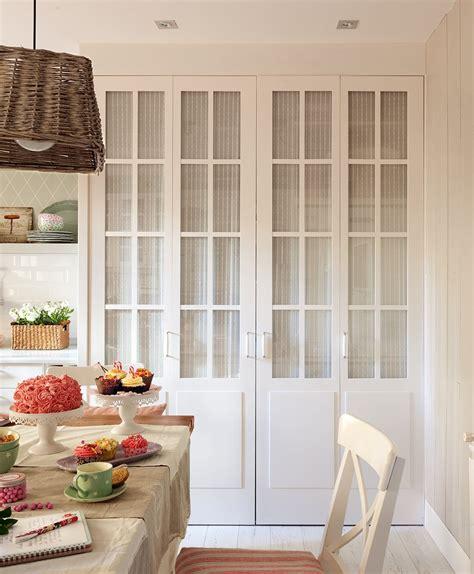 Tres cocinas en blanco y con mucho orden