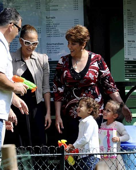 Tres generaciones juntas: Jennifer López, de paseo por el ...