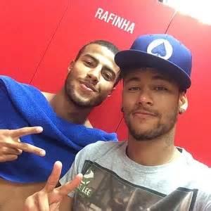 Turma brasileira: Neymar posa com Rafinha depois de treino ...