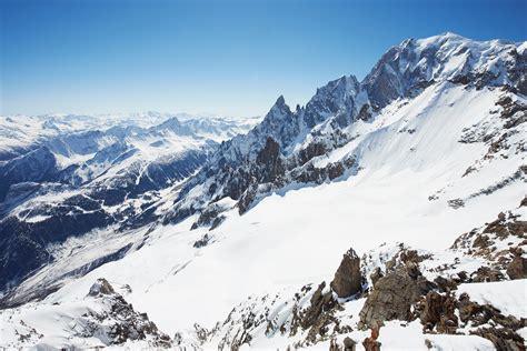 Un alpinista encuentra una caja con piedras preciosas en ...
