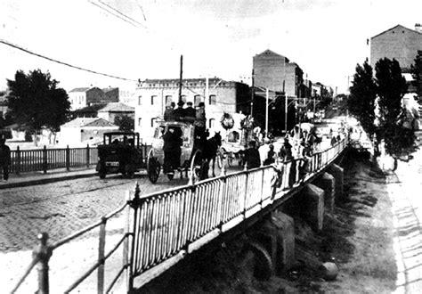 Un cortejo fúnebre cruza el antiguo puente de ventas ...