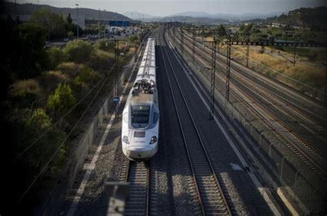 Un descarrilamiento en el AVE Sevilla Barcelona provoca ...