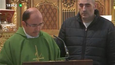 Un espontáneo se cuela en la misa de Trece TV en directo
