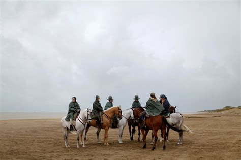 Un grupo de peregrinos a caballo tras cruzar en ...
