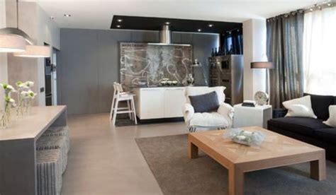 Un loft moderno decorado en tonos grises