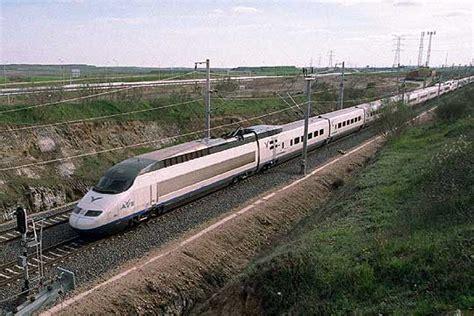 Un tren AVE de la línea Madrid-Sevilla | Edición impresa ...