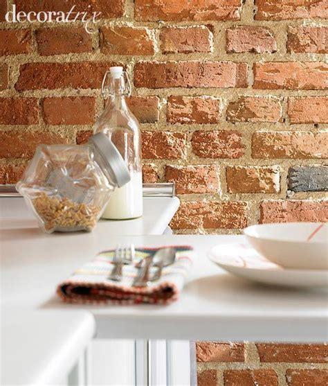 Una cocina con pared de ladrillo visto