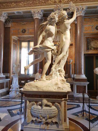 Una de las cuatro grandes macetas de mármol con pinturas ...