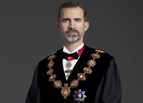Una foto del rey Felipe VI con toga ya preside las salas ...